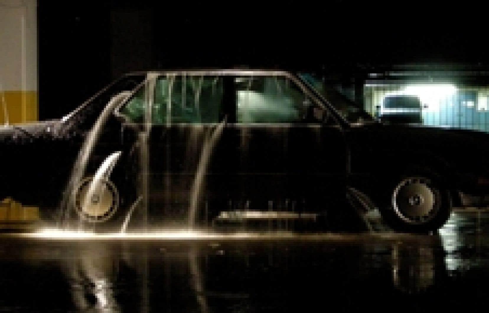 nancy belzile Du film qui clôt l'aventure Chrysalides / Fashion Plaza de Patrick Bernatchez — un plan-séquence autour d'une auto qui se remplit d'eau sous un rock progressif fortement narratif —, l'artiste donne un résumé éloquent: «C