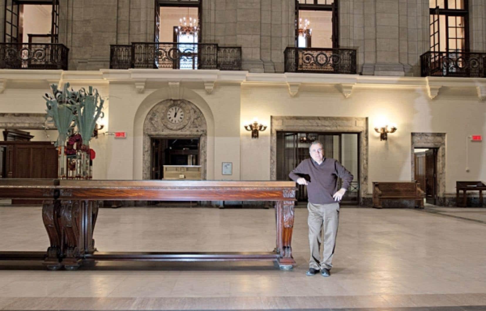 Ezio Carosielli faisant visiter son nouveau joyau situé dans le Vieux-Montréal, chef-d'œuvre d'architecture à l'intérieur fastueux.