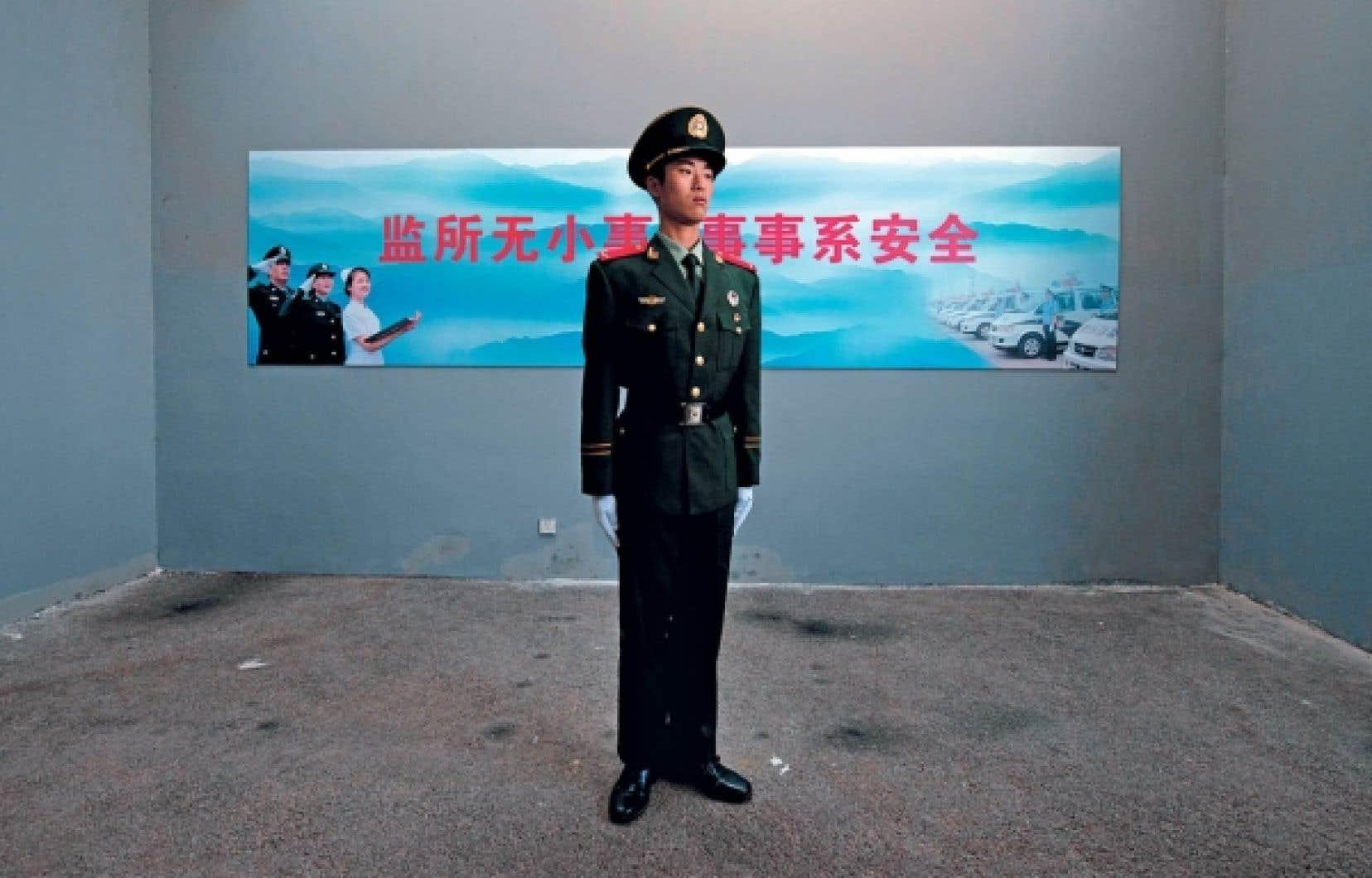 Un garde paramilitaire lors d'une visite guidée du gouvernement dans un centre de détention à Beijing la semaine dernière.