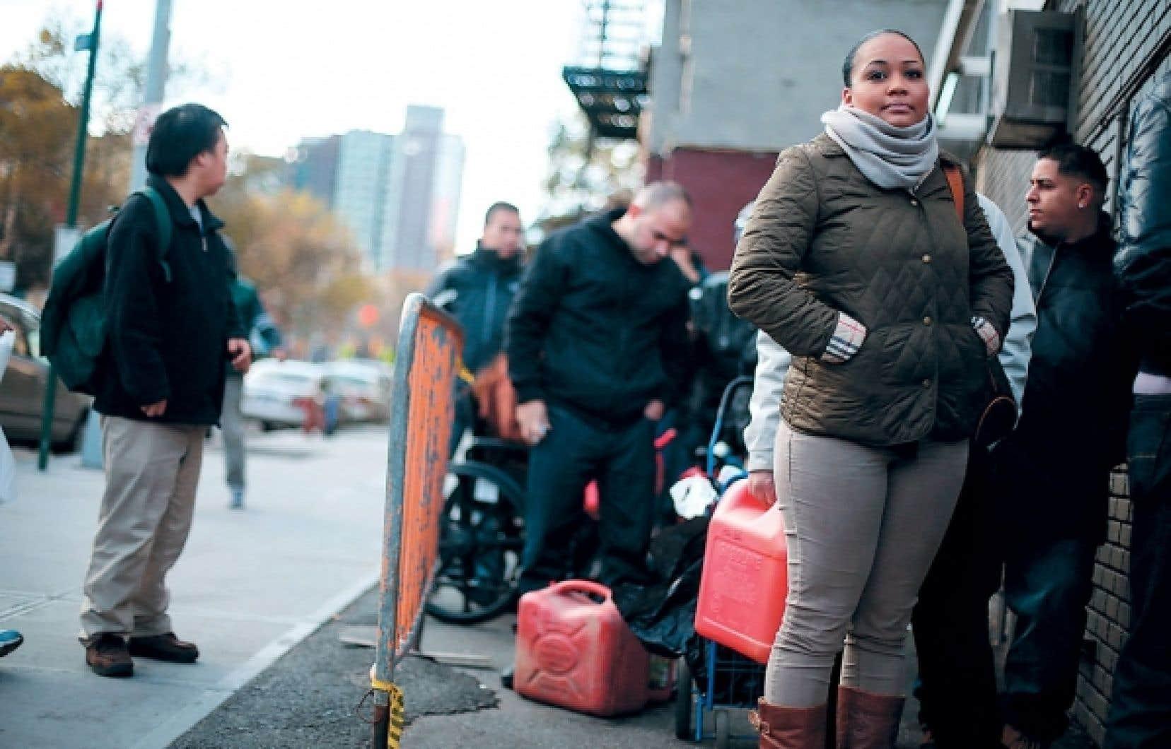 <div> Des New-Yorkais ont attendu près d'une heure dimanche pour se procurer une petite quantité d'essence dans le Lower Manhattan.</div>