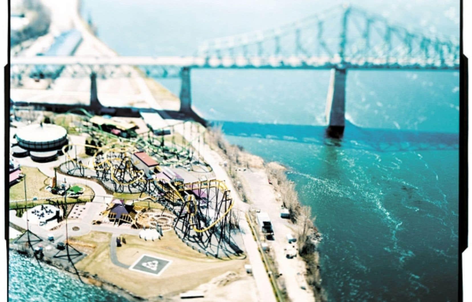 Né d'un vaste coup de sonde lancé au public en juin dernier par le CCA, ABC : MTL est en perpétuel mouvement, les propositions devant être remplacées périodiquement par de nouvelles d'ici mars 2013. Ici, Le parc d'amusement de La Ronde et le pont Jacques-Cartier, Montréal, 2004, une photographie d'Olivo Barbieri.