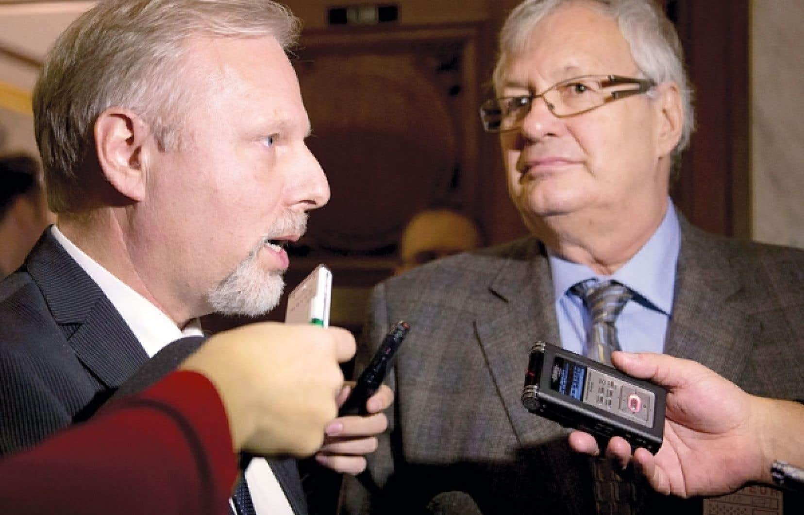 Le ministre Jean-François Lisée réaffirme devant les journalistes son appui à son secrétaire général adjoint, André Lavallée.