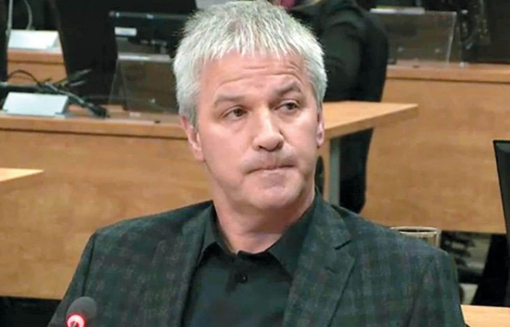 Un sous-traitant en céramique de Québec, Martin Carrier, de Céramiques Lindo, a répété jeudi à la commission Charbonneau qu'il avait reçu des menaces de mort parce qu'il avait obtenu un contrat à Montréal. Il a aussi révélé avoir reçu des années plus tard une carte de condoléances et savoir qu'un autre entrepreneur de Québec aurait reçu un appel similaire. La présidente de la commission, la juge France Charbonneau, a félicité l'entrepreneur pour son courage.
