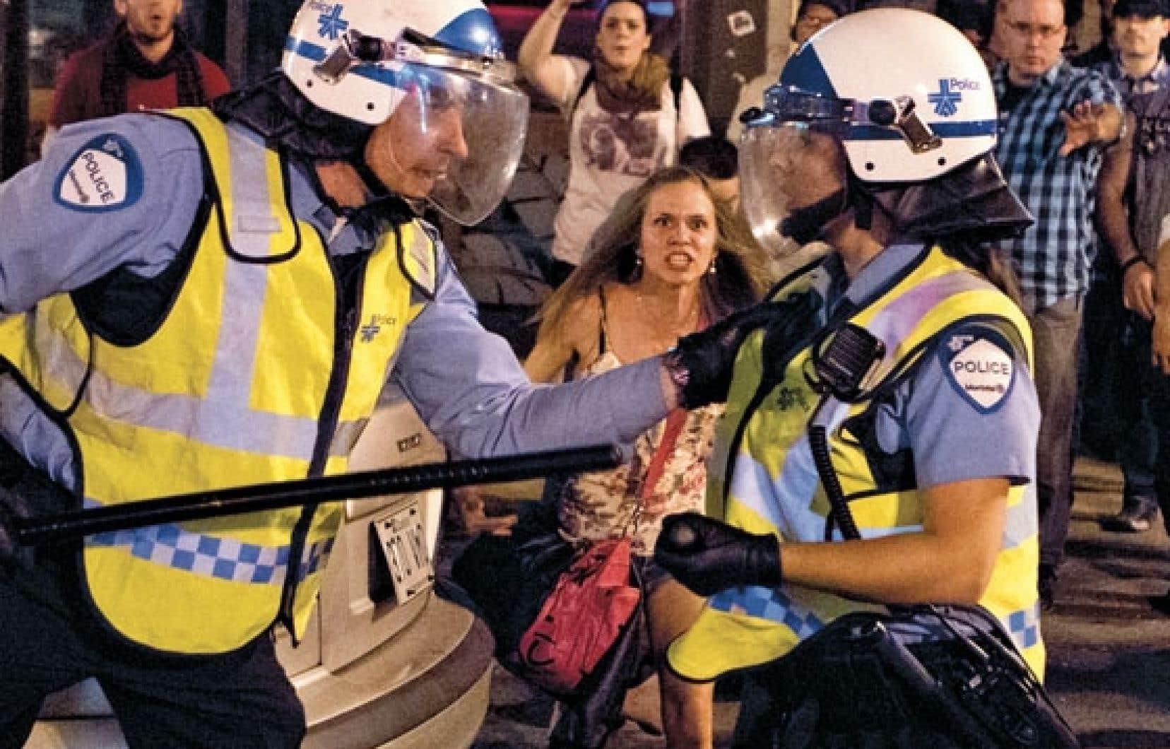 La photo primée de M. Nadeau montre deux policiers qui s'invectivent dans la rue au cours d'une manifestation… sous le regard d'une manifestante.