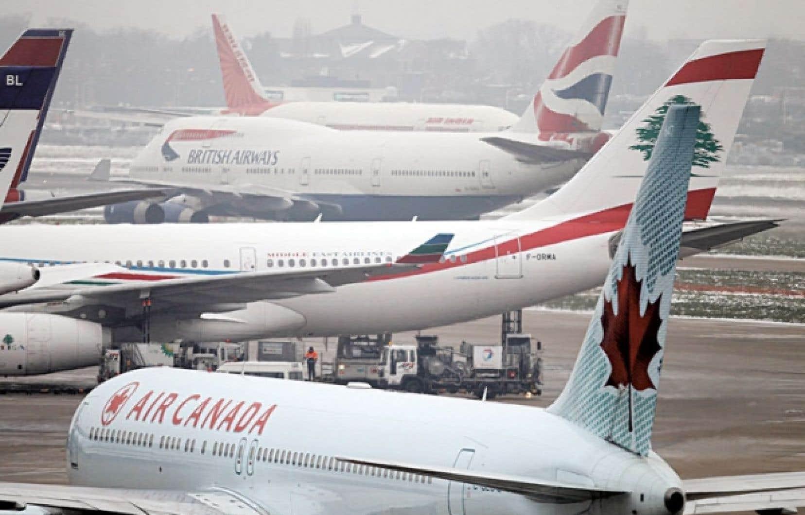 Des avions stationnés à l'aéroport Heathrow de Londres. Le trafic aérien mondial va doubler d'ici vingt ans, estime le secrétaire général de l'OACI, Raymond Benjamin.