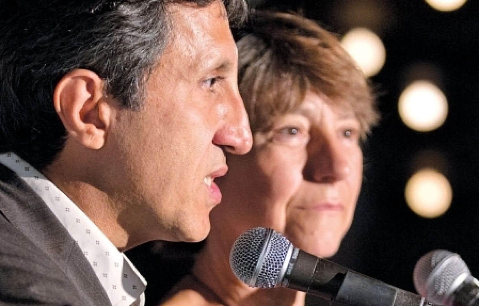 André Frappier succède à la députée de Gouin, Françoise David (à droite sur la photo), à titre de président et porte-parole du parti. Cette dernière est maintenant porte-parole parlementaire du parti, un poste auparavant occupé par le député de Mercier, Amir Khadir (à gauche).