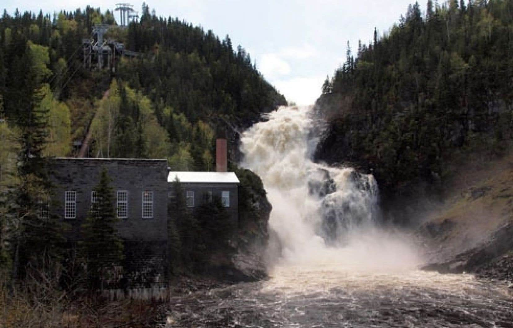 L'idée de construire un barrage sur la rivière Ouiatchouan a refait surface à la suite de la décision du gouvernement Charest, en 2009, de permettre le développement de nouveaux projets hydroélectriques communautaires ou autochtones.