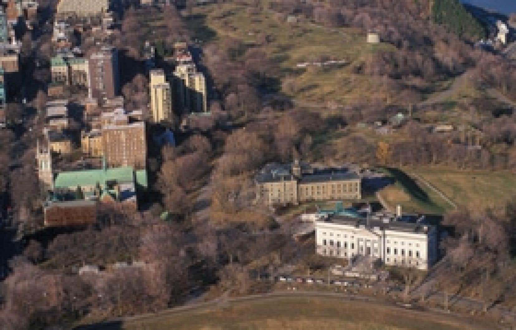 Le MNBAQ (les deux bâtiments à droite sur la photo) souhaite avoir un accès sur la Grande-Allée, ainsi, la destruction du monastère des moines dominicains, à gauche près de l'église, semble être le scénario privilégié par l'institution mu