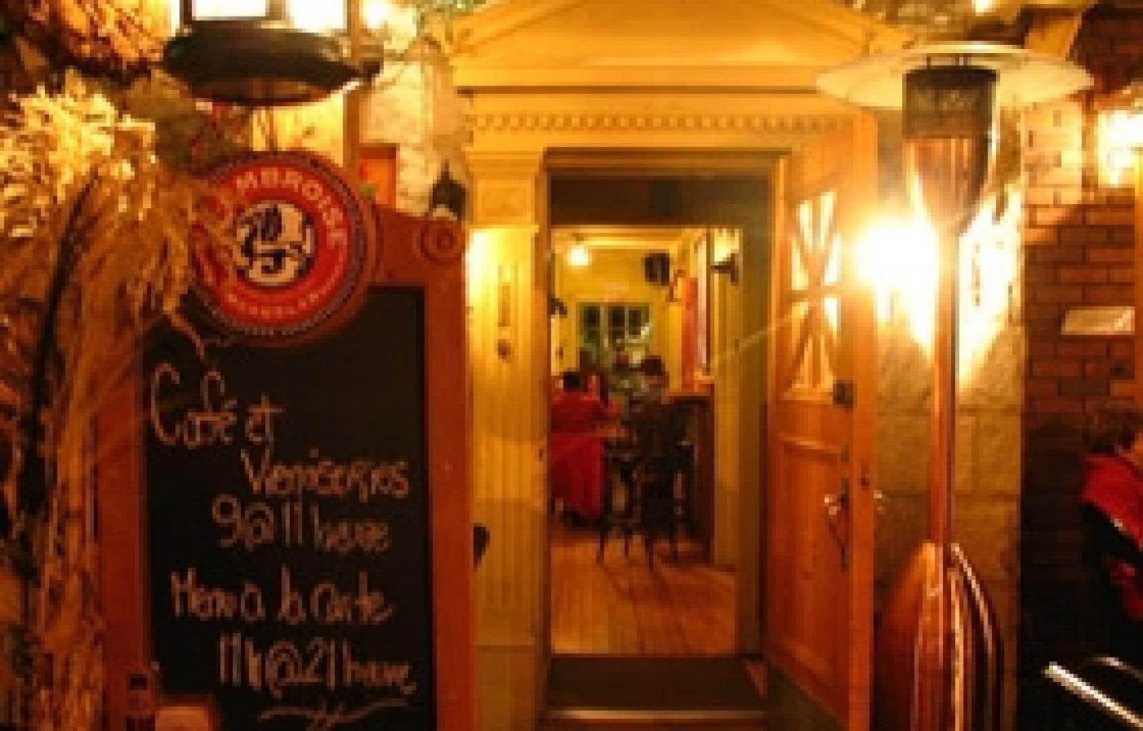 Le Vice Café occupe tout le premier étage d'une vieille maison, au 1 de la rue Sainte-Anne, juste en face de l'église, en plein coeur du vieux Baie-Saint-Paul. Le lieu a du cachet: une grande maison aux pièces largement ouvertes les unes sur les