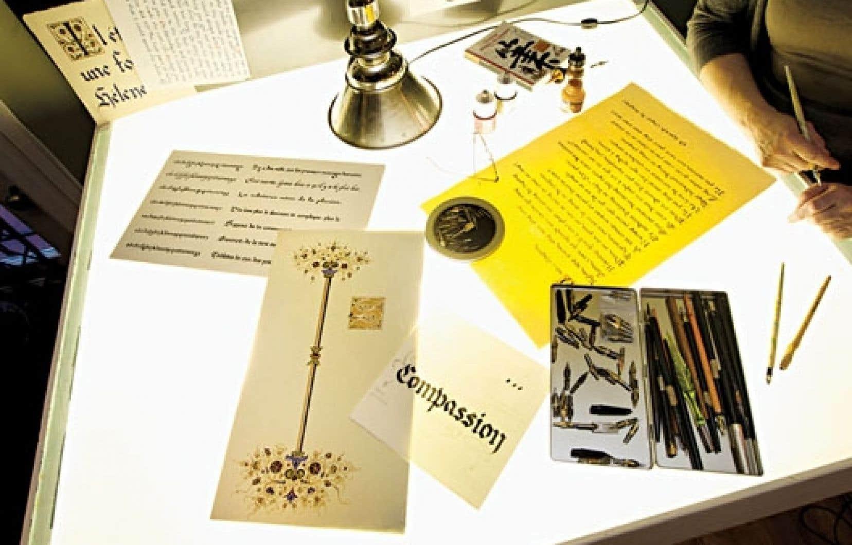 <div> La table lumineuse, le bureau de travail de la calligraphe Marieke Lemieux. &nbsp;</div>