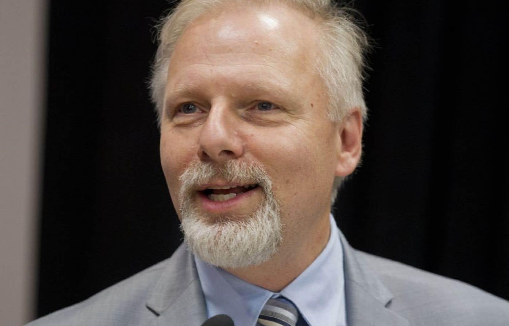 Le ministre Jean-François Lisée recule devant le tollé et annonce qu'il versera son salaire de l'Université de Montréal à une bonne cause.