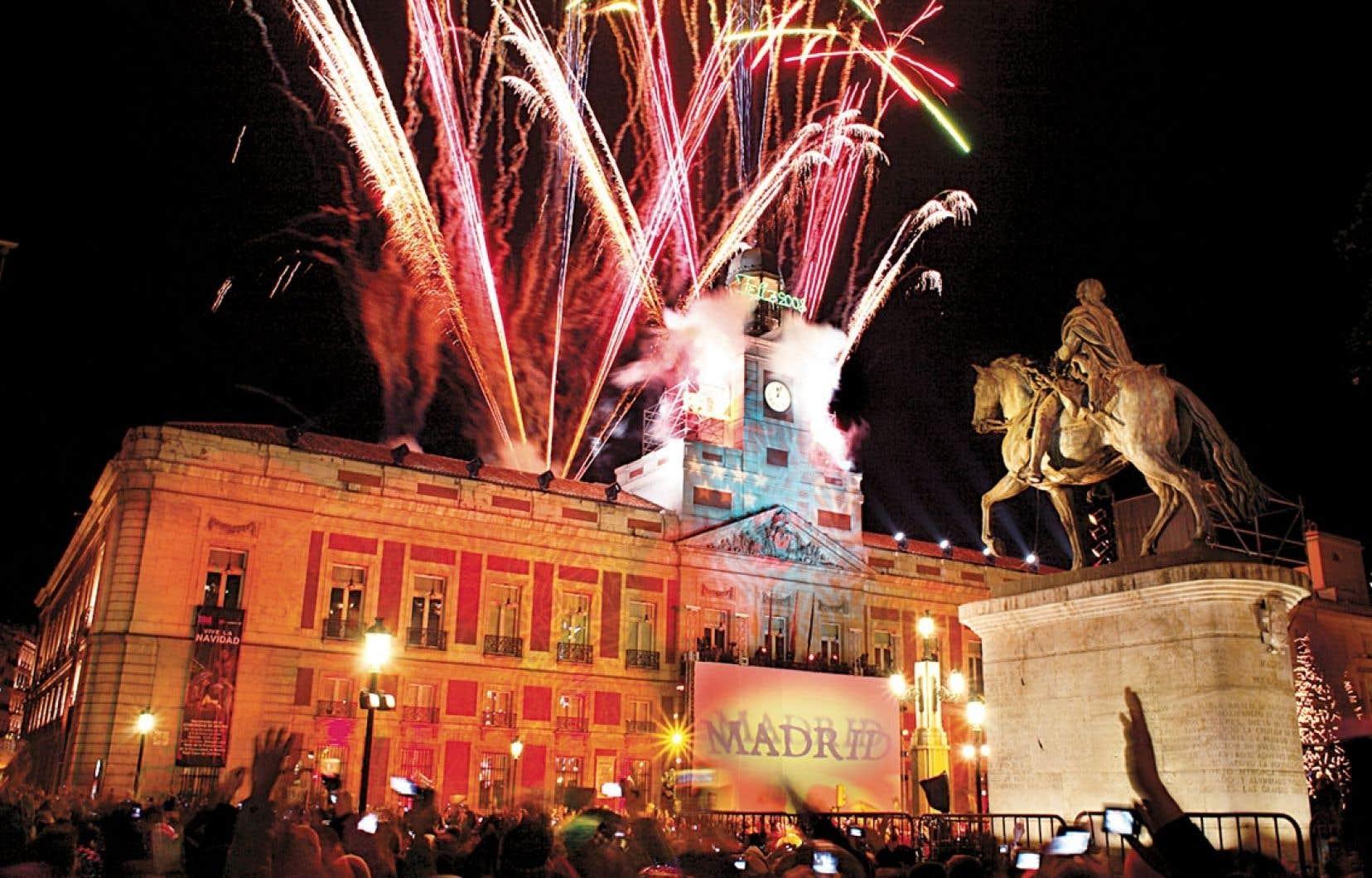 À Madrid : les gens se réunissent à Puerta del Sol et croquent un raisin sur chacun des douze coups de minuit afin que la nouvelle année soit prospère.