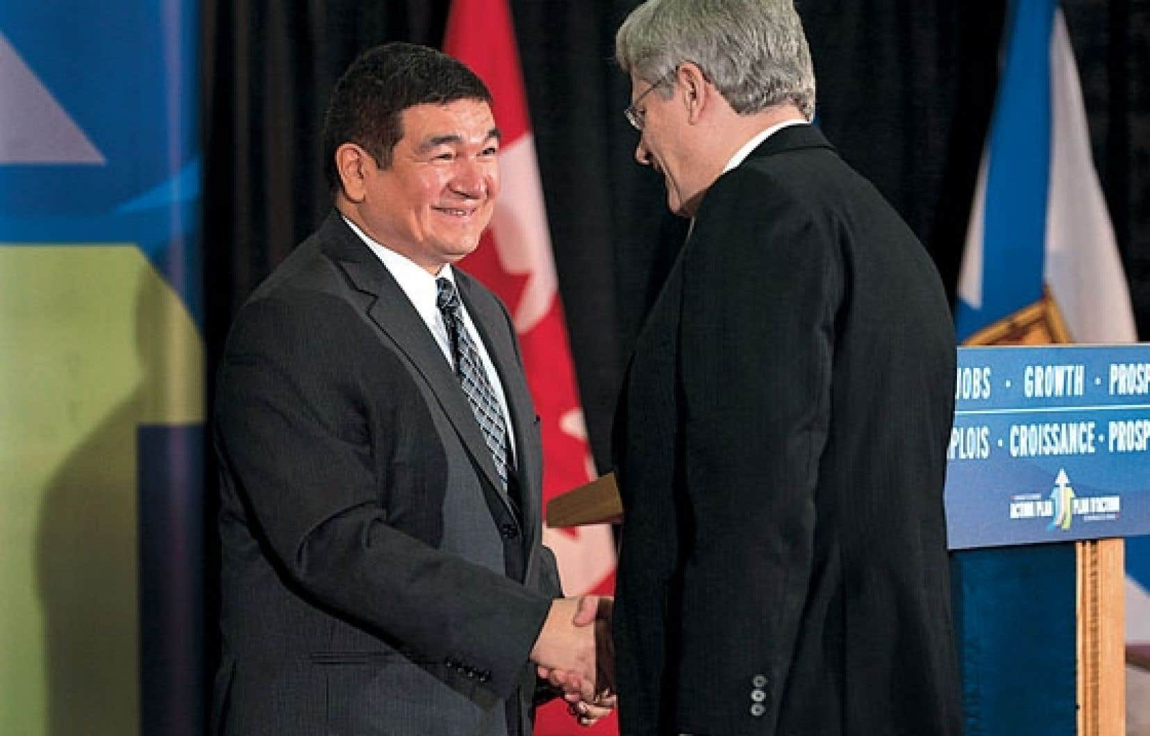 <div> Le premier ministre, Stephen Harper, s'est rendu au Labrador en novembre pour annoncer une garantie de prêt sur 6,3 des 7,4 milliards prévus pour le projet hydroélectrique Muskrat Falls. Sur la photo, il serre la main du député conservateur Peter Penashue.</div>