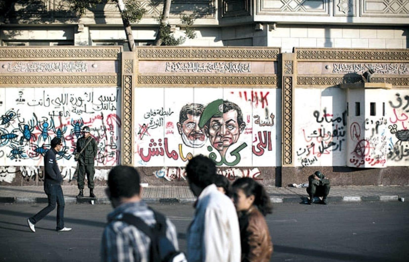 Des étudiants égyptiens ont croisé lundi des soldats qui sécurisaient le quartier où se trouve le palais présidentiel, au Caire.
