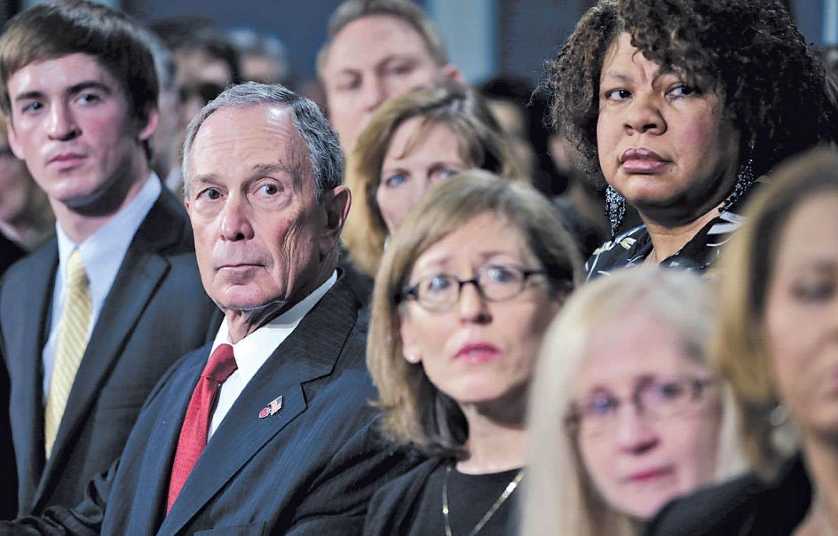 Entouré de personnes dont des proches ont été tués par des armes à feu, le maire de New York, Michael Bloomberg, a participé lundi au visionnement d'une vidéo portant notamment sur les témoignages de survivants de tueries. Le maire a exhorté le président Obama à adopter des lois plus strictes pour mieux contrôler le commerce des armes.
