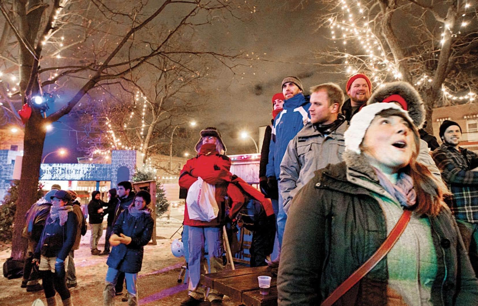 Les organisateurs de Noël dans le parc ont conçu un petit écrin féerique peuplé de sapins baumiers et de cabanes de bois où viennent chanter des artistes folk.