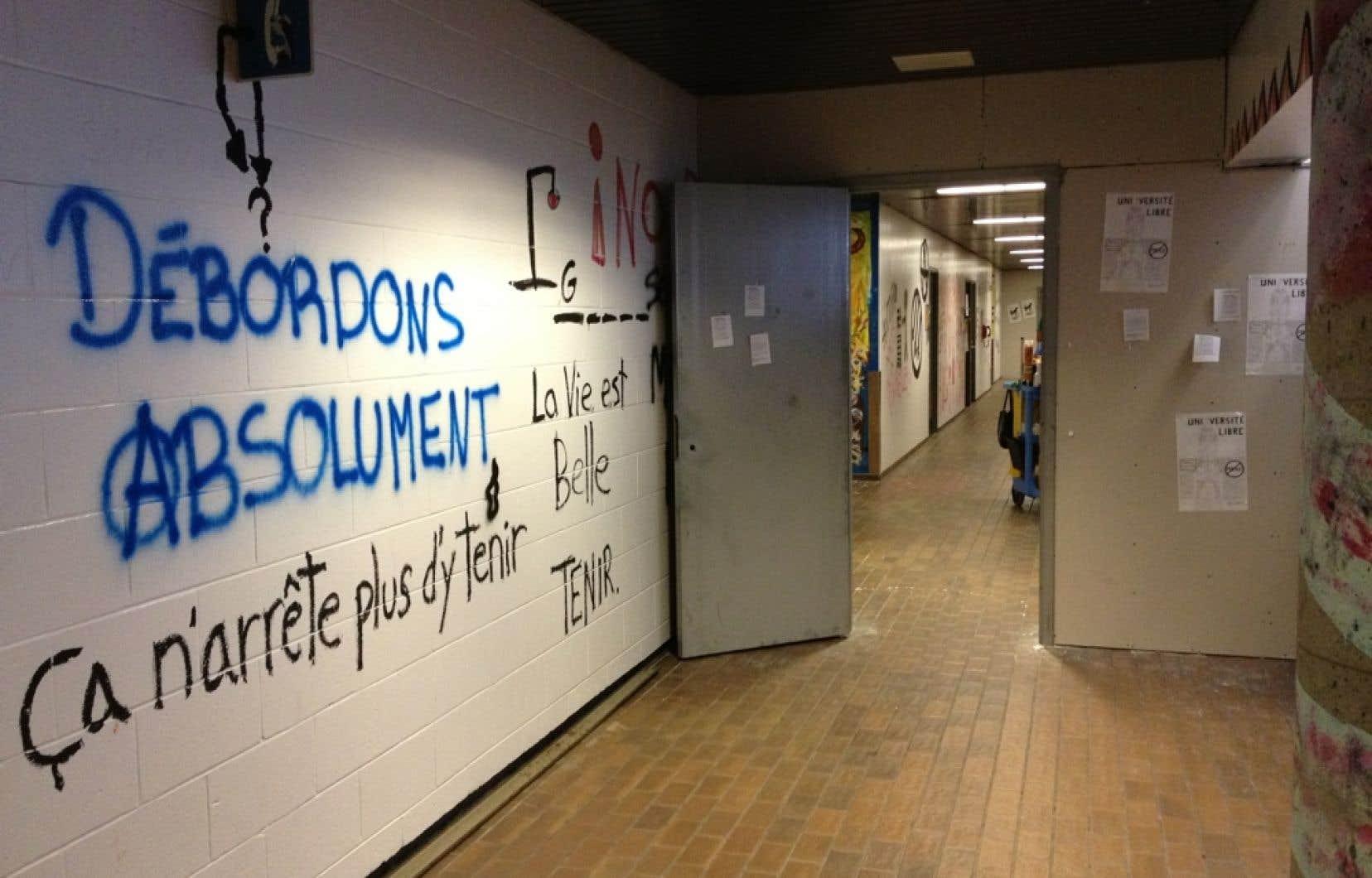 Les travaux visent à effacer des graffitis et d'autres dégâts au 2e étage du pavillon Hubert-Aquin.