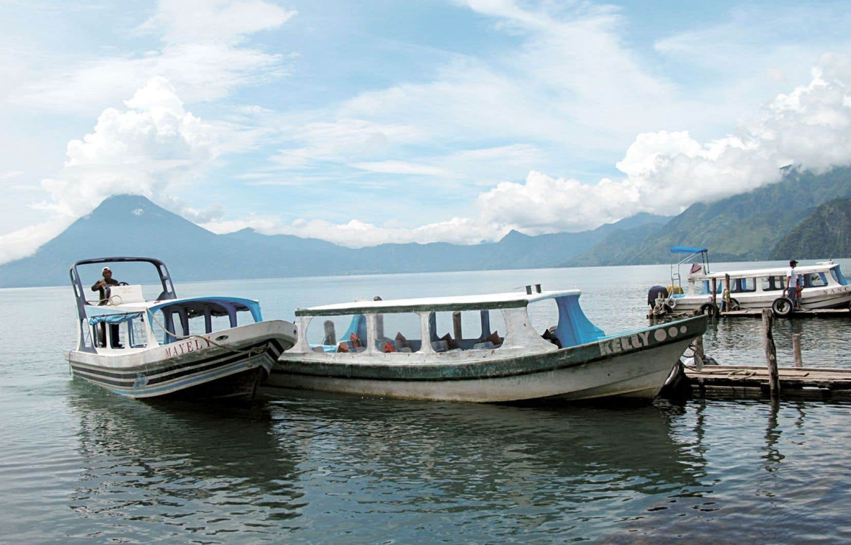C'est par bateau que l'on rejoint les villages autour du lac Atitlán, dominé par trois volcans. Ci-dessus, la « lancha », bateau-bus, au départ de Panajachel.