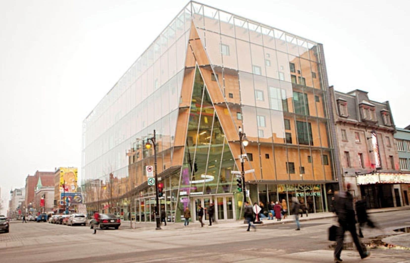 Le paysage du centre-ville de Montréal et, dans une plus large mesure, celui de la diffusion artistique, ne sont plus les mêmes depuis l'apparition, le printemps dernier, du 2-22. Inévitable, il est présent sur toutes les tribunes.