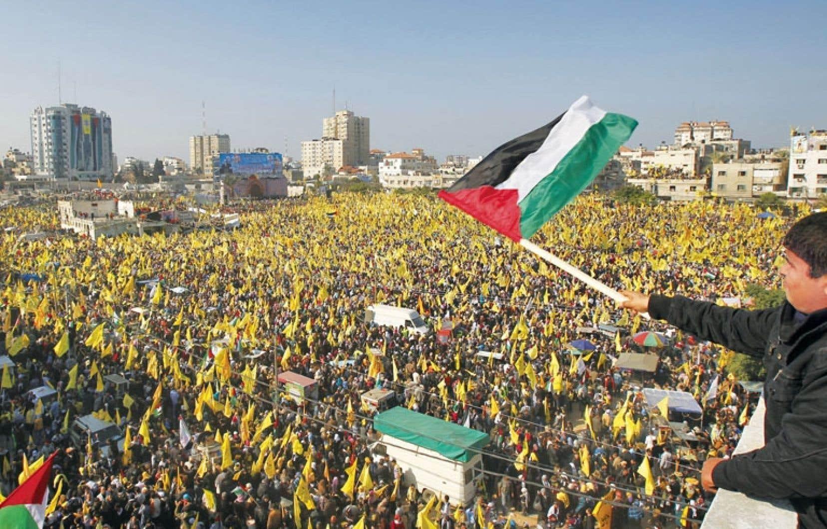 <div> Les participants, dont un grand nombre de femmes et d'enfants, brandissaient les étendards jaunes du mouvement</div>