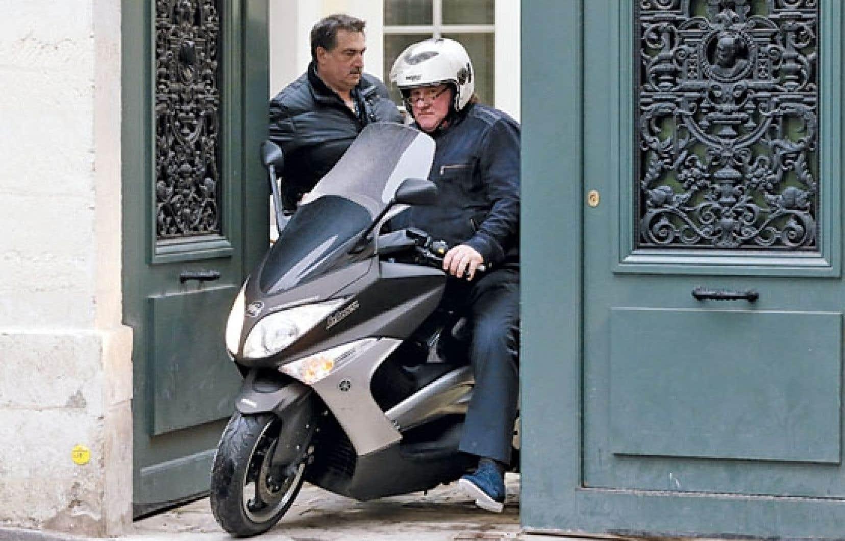 Gérard Depardieu quitte en scooter son domicile parisien.
