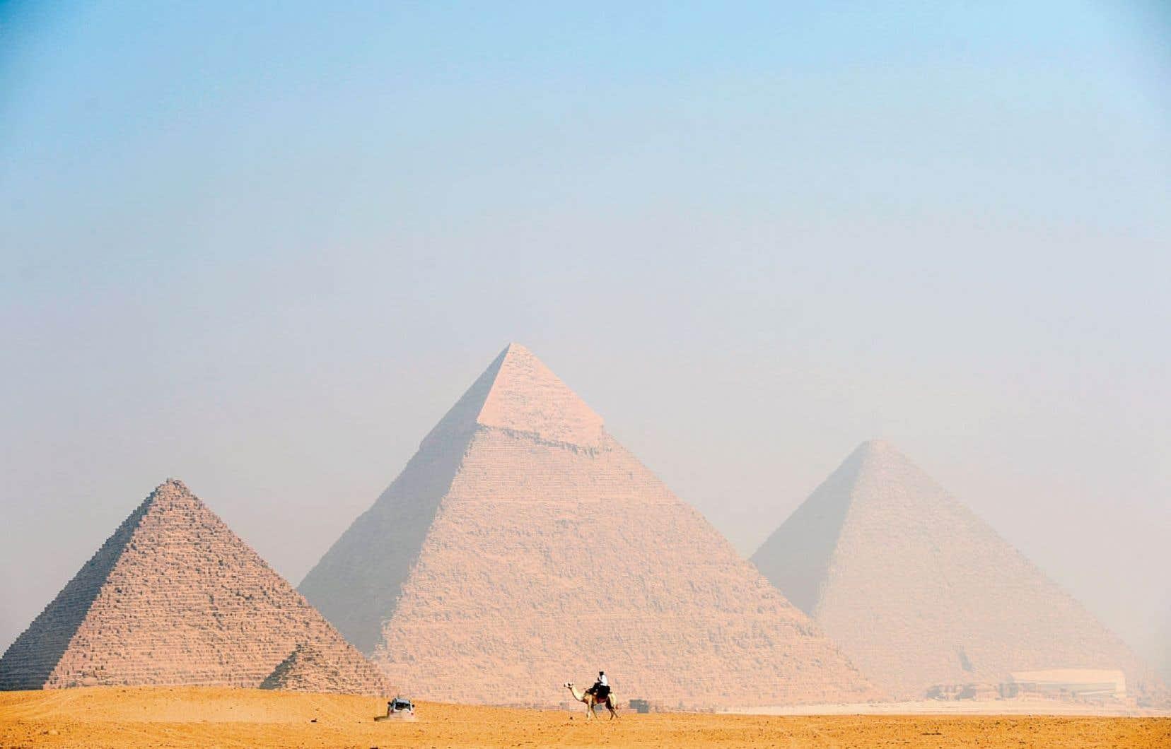 Dernier signe d'inquiétude en date, la devise égyptienne vient de tomber en quelques jours de 6 à 6,4 livres pour un dollar, une dépréciation dont la soudaineté traduit la difficulté de l'Égypte à défendre sa monnaie, et fait redouter des baisses supplémentaires.