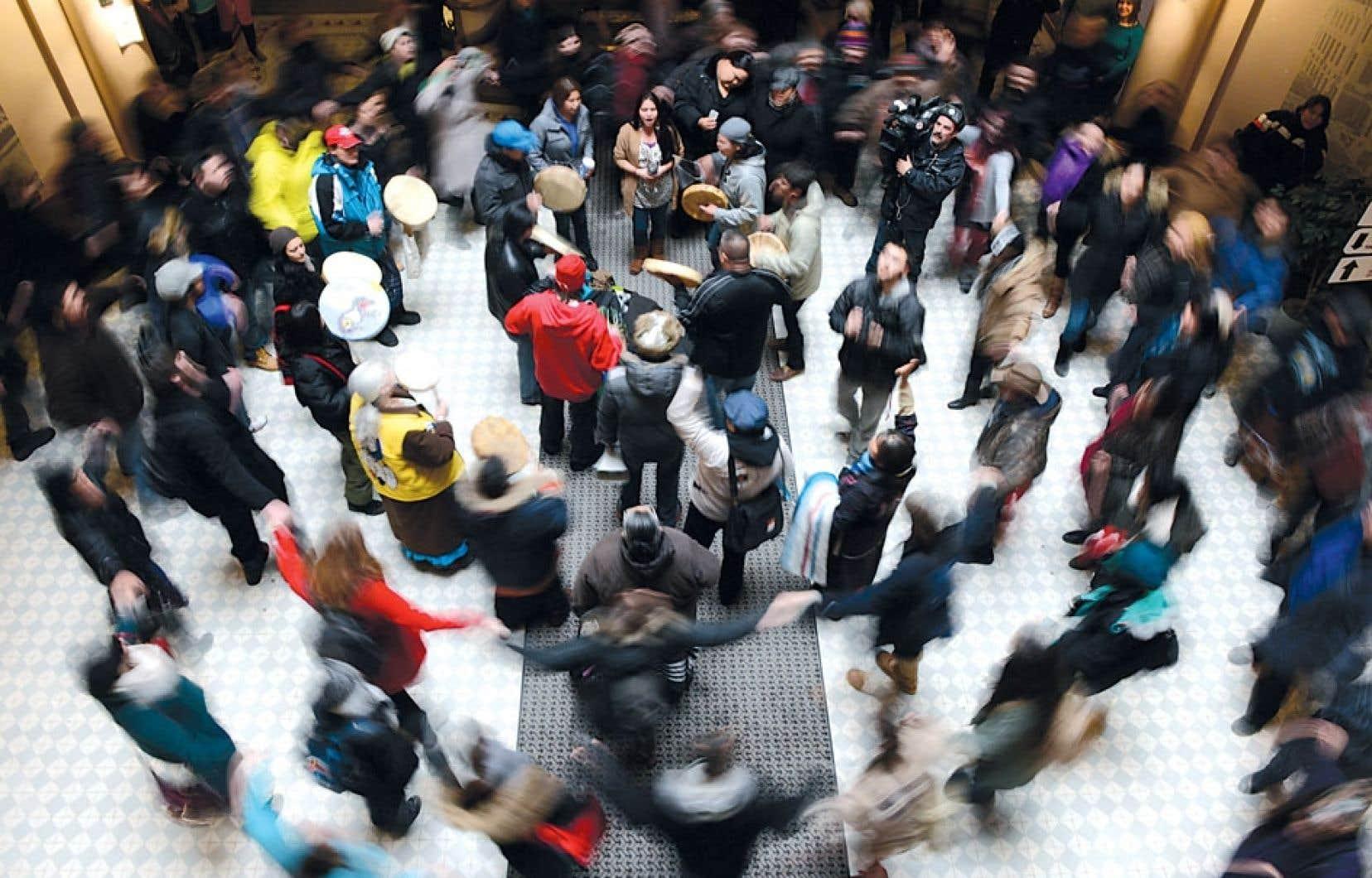 Des joueurs de tambours donnent le rythme lors d'une manifestation de soutien au mouvement autochtone Idle No More tenue mercredi à l'Université d'Ottawa à laquelle ont participé étudiants et professeurs.