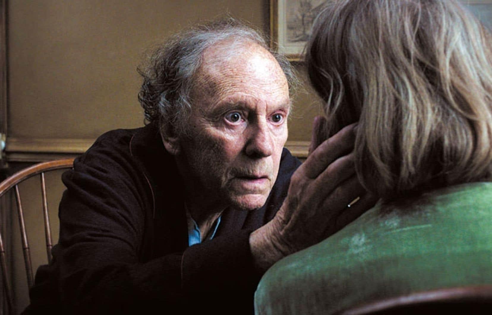 Amour décrit le dernier chapitre de la longue histoire d'un vieux couple, interprété par Jean-Louis Trintignant et Emmanuelle Riva, en fin de parcours.