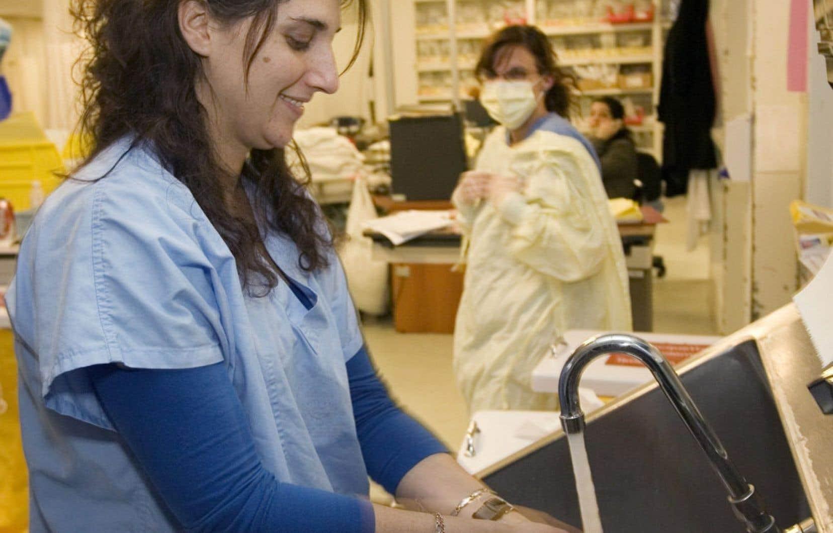 Les infirmières québécoises sont moins nombreuses à approcher de l'âge de la retraite que dans les autres provinces. La relève semble en effet poindre, car plus de 28 % des infirmières ont moins de 35 ans, alors que 7 % ont plus de 60 ans.