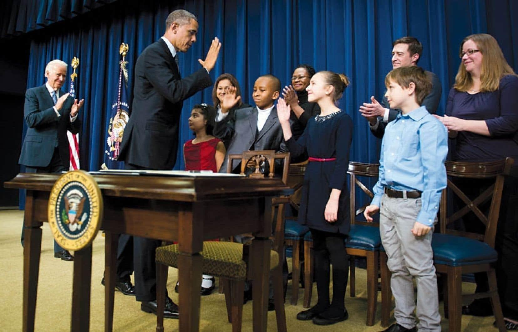<div> Barack Obama était entouré mercredi d'enfants qui lui ont fait parvenir des lettres demandant un contrôle plus strict des armes à feu.</div>