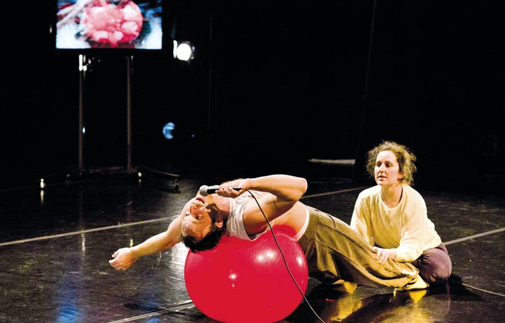 Les interprètes-collaborateurs Simon-Xavier Lefebvre, Marilyne St-Sauveur et Ashlea Watkin chahutent dans une bonne partie de la pièce, composant presque la seule « musique » de Bleu-Vert-Rouge.