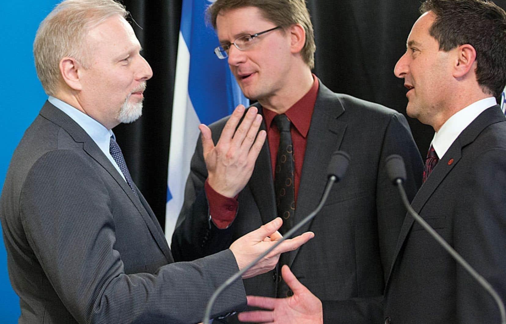 Jean-François Lisée, Sylvain Gaudreault et Michael Applebaum lors de l'annonce mercredi d'un investissement de plusieurs millions pour la mise en œuvre du Plan métropolitain d'aménagement et de développement de Montréal.