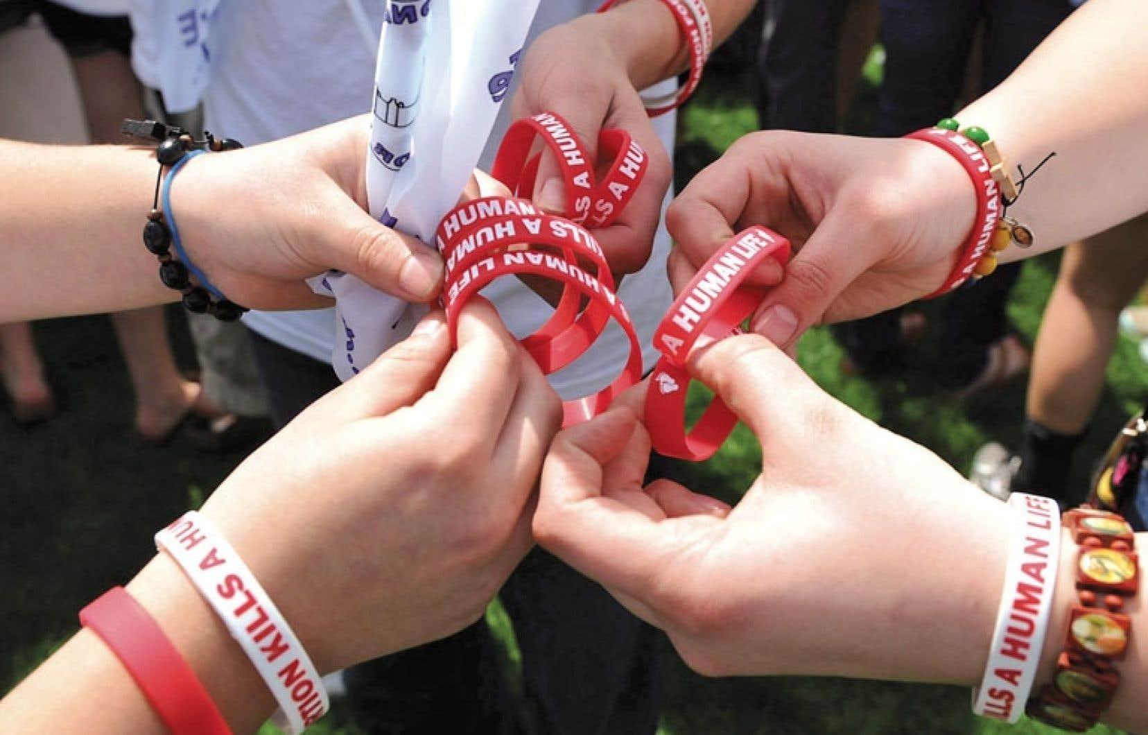 Distribution de bracelets «L'avortement tue une vie humaine» lors d'une manifestation pro-vie qui se tient chaque année en mai, sur la colline parlementaire, à Ottawa.
