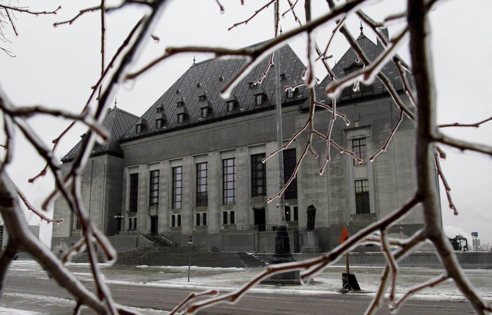 La Cour suprême du Canada ne juge pas que le caractère discriminatoire du Code civil est anticonstitutionnel, ce qui permet le maintien du statu quo.