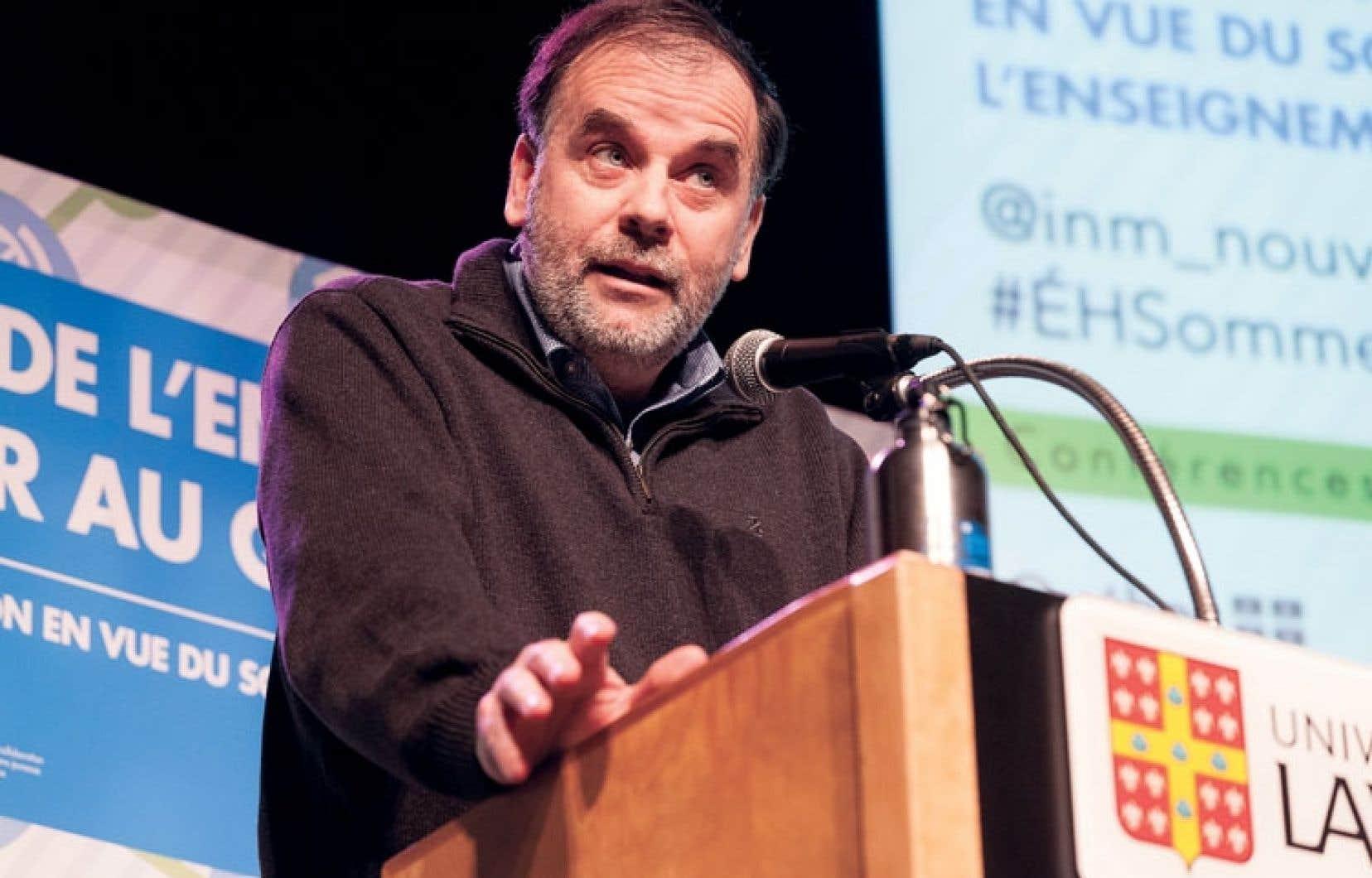 Pierre Duchesne s'adressant aux étudiants réunis dimanche à l'Université Laval pour l'école d'hiver de l'Institut du Nouveau Monde sur le Sommet de l'enseignement supérieur.