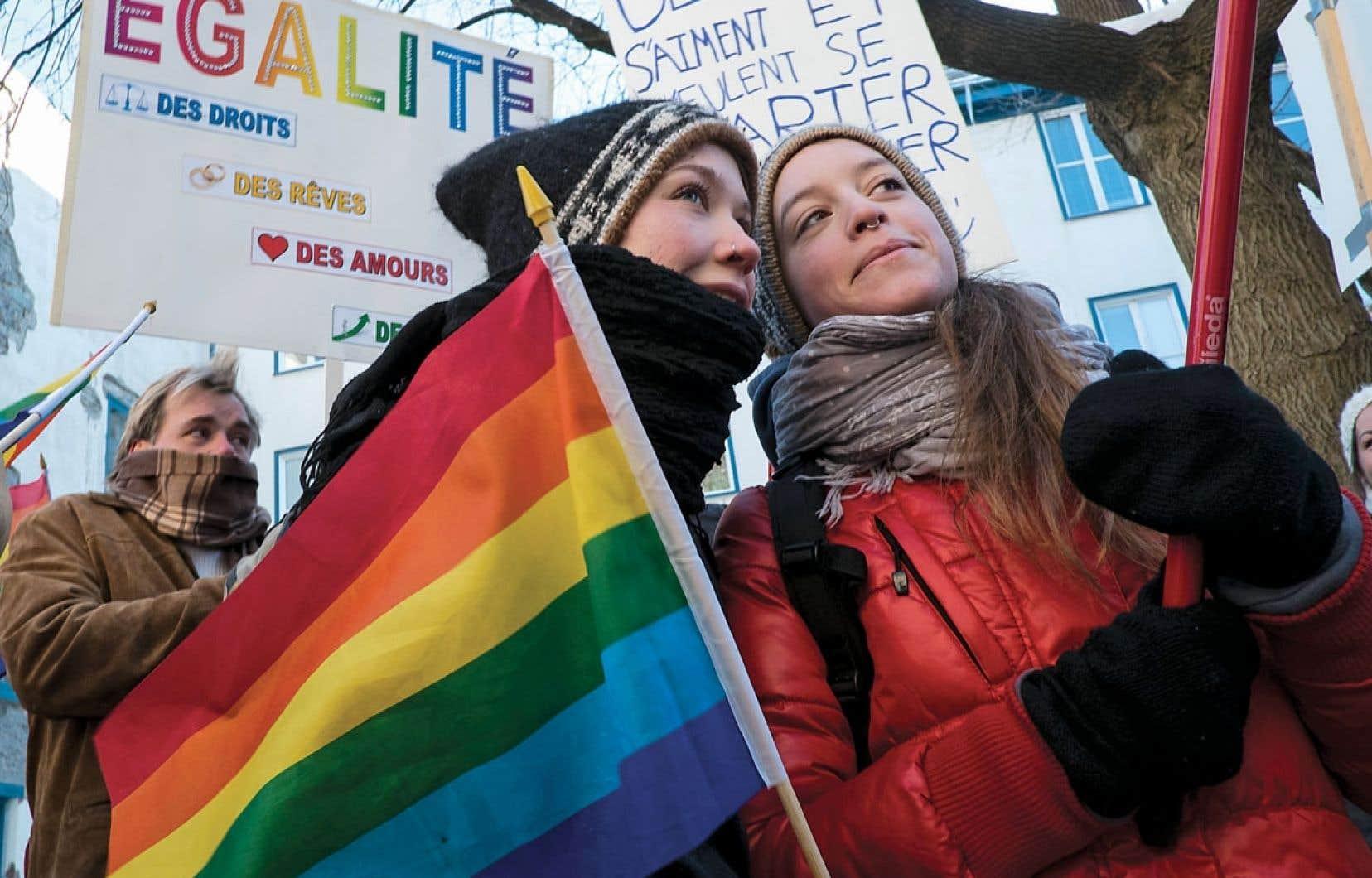 Une centaine de personnes ont manifesté dimanche devant le Consulat de France à Québec afin d'appuyer le projet de loi français visant à autoriser le mariage gai. Une autre manifestation d'appui s'est déroulée à Montréal en écho à un grand rassemblement tenu à Paris.