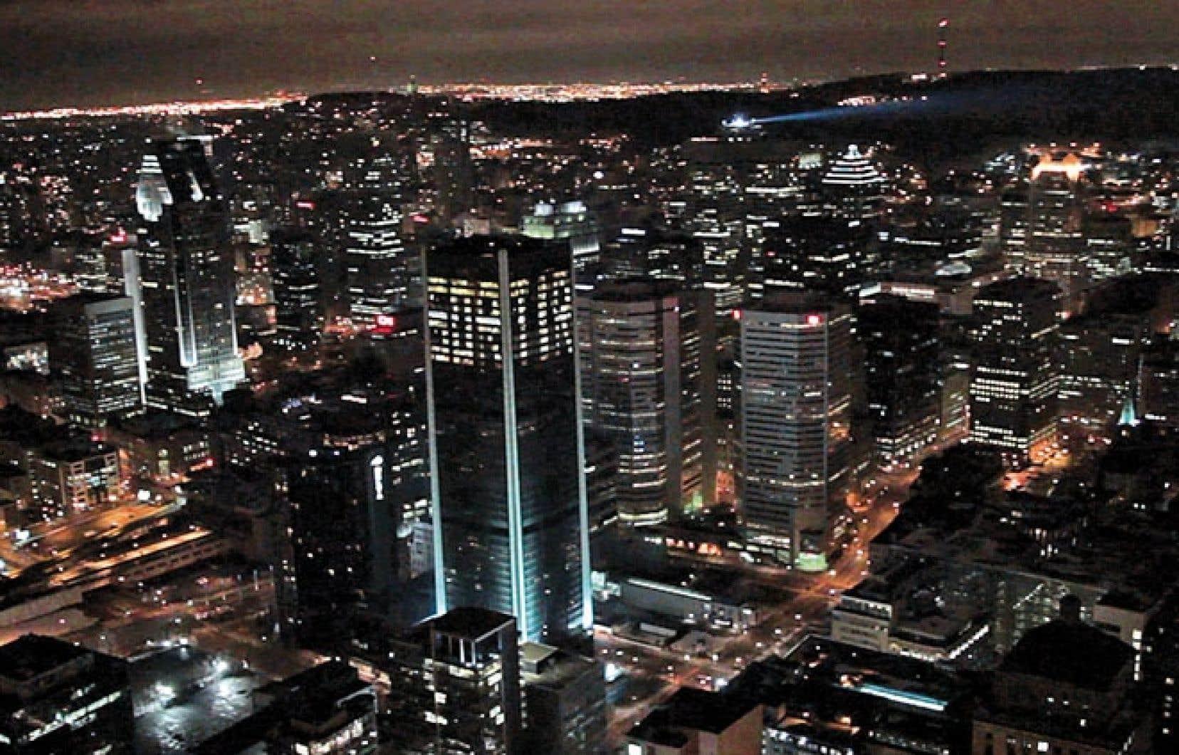 L'artiste Aude Moreau a utilisé les fenêtres et l'éclairage interne des dix derniers étages d'un des immeubles emblématiques de Montréal, la tour de la Bourse, pour diffuser le message « Sortir » dans l'horizon nocturne montréalais.