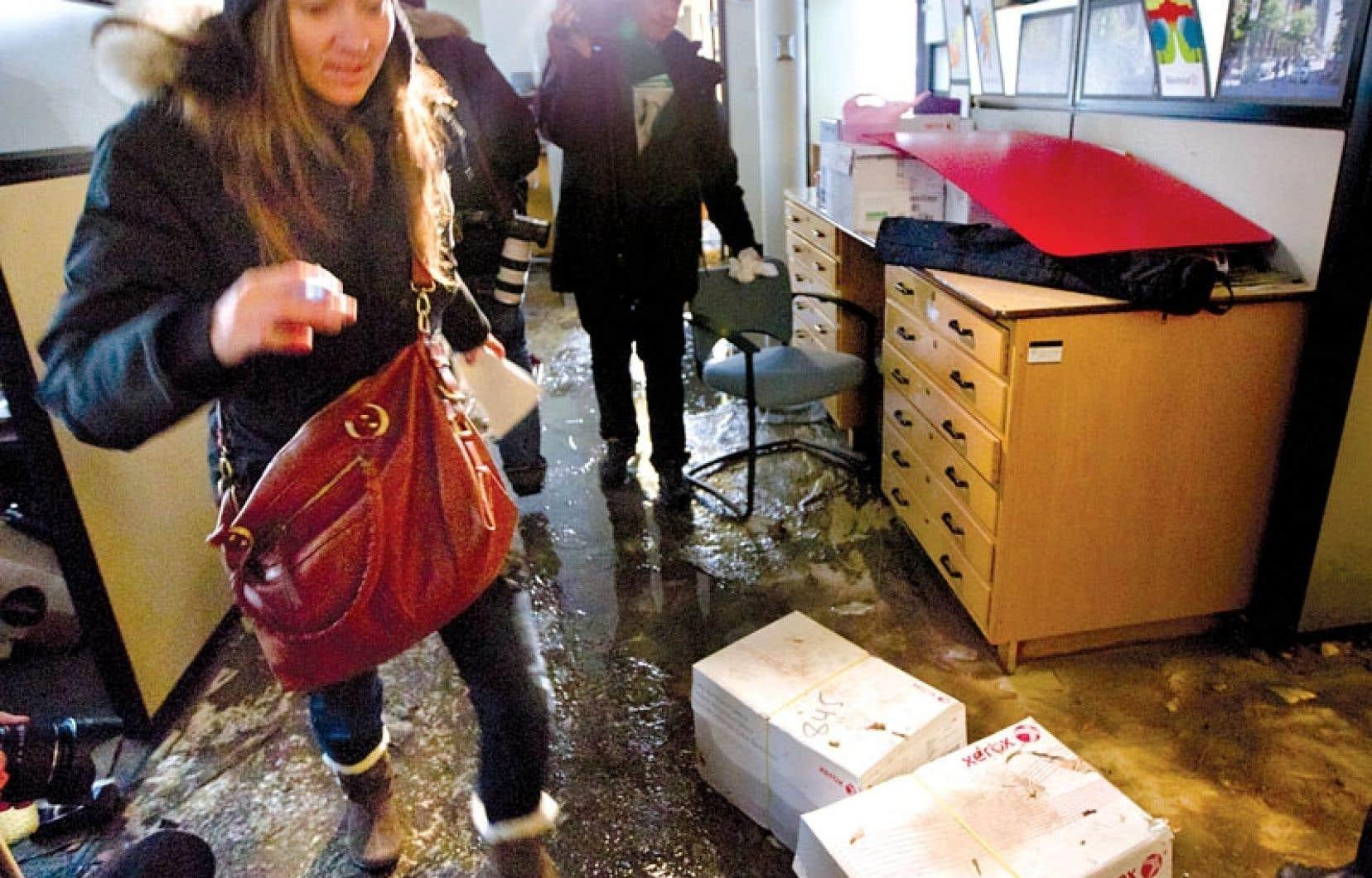 De la boue, de l'eau, des morceaux de vitre et des boîtes de carton détrempées recouvrent le plancher de l'annexe James, où la pression d'eau a fracassé une fenêtre. Les quelque 400 personnes qui y travaillent chaque jour ont dû être déplacées.