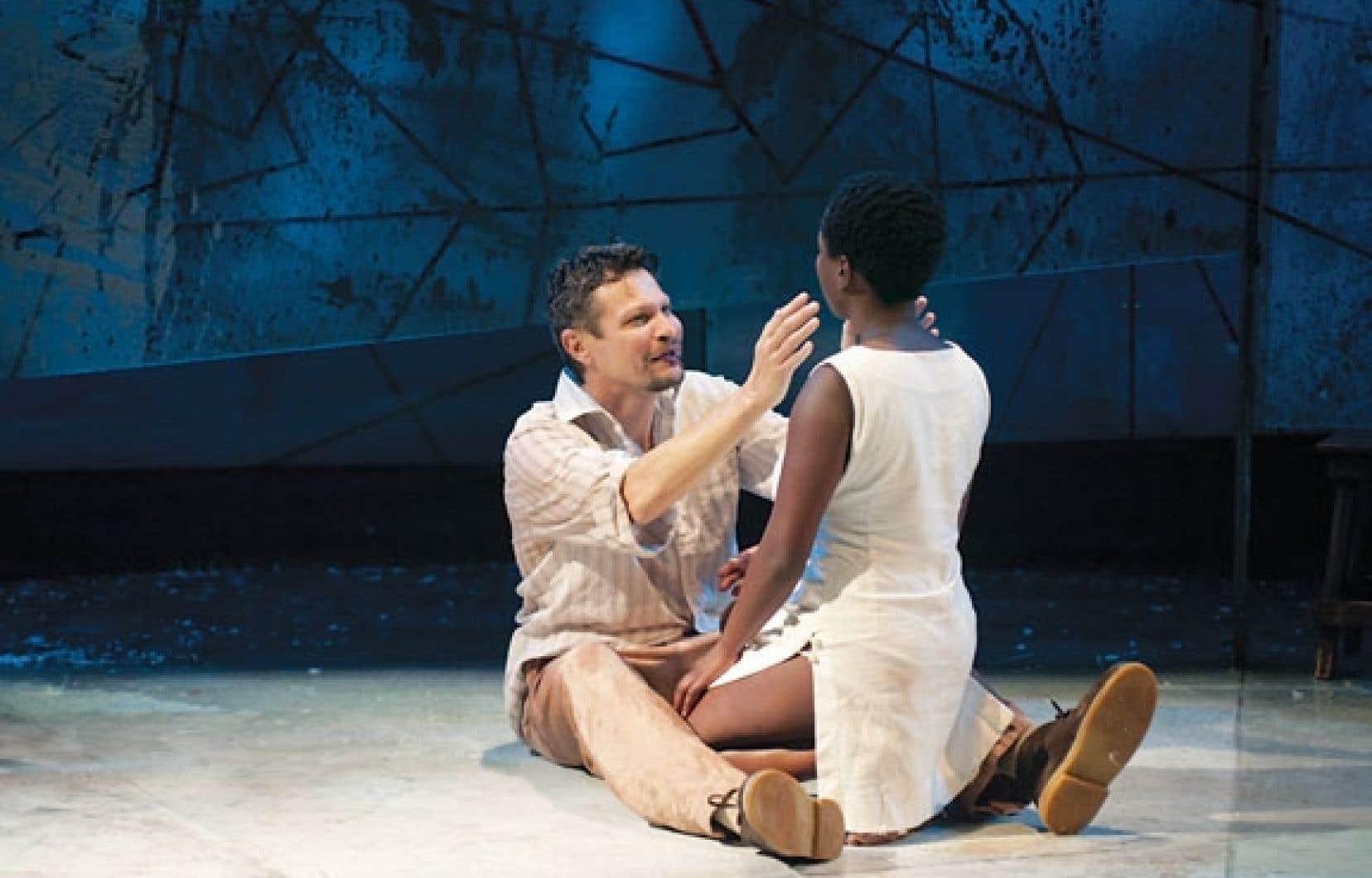 La pièce est tirée de l'œuvre de l'auteur sud-africain J. M. Coetzee, qui dénonce sans ambages les dérives du colonialisme.