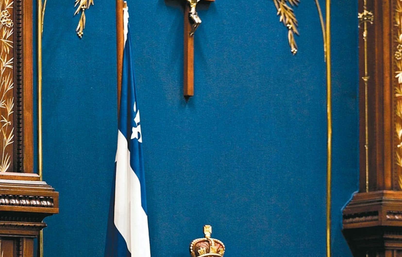 Le crucifix, qui est placé au-dessus du siège du président de l'Assemblée nationale du Québec, a été introduit au Salon bleu par Maurice Duplessis en 1936.
