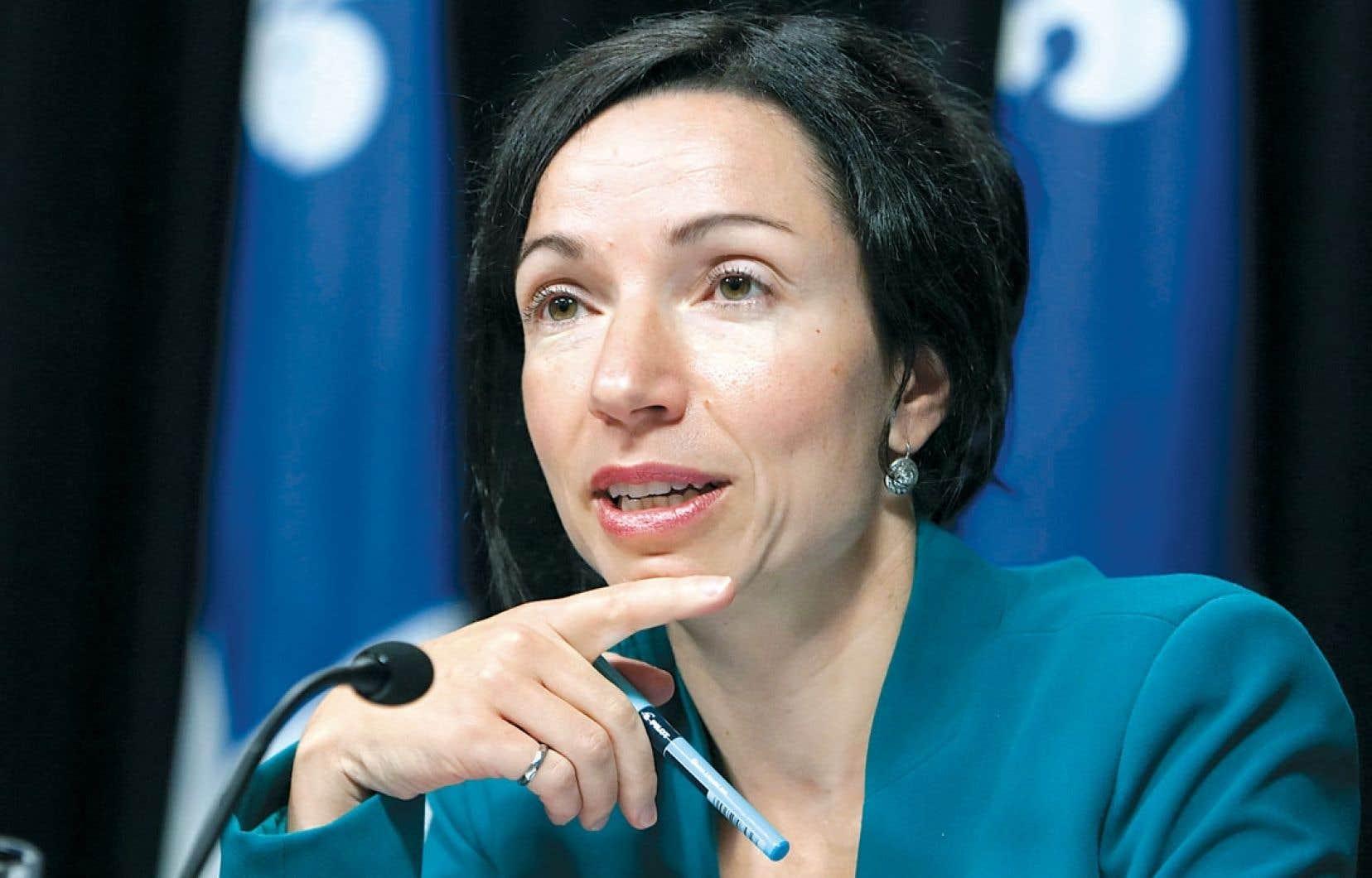 La ministre des Ressources naturelles, Martine Ouellet, veut prendre le temps de consulter tous les intervenants avant d'agir dans le dossier des redevances minières.
