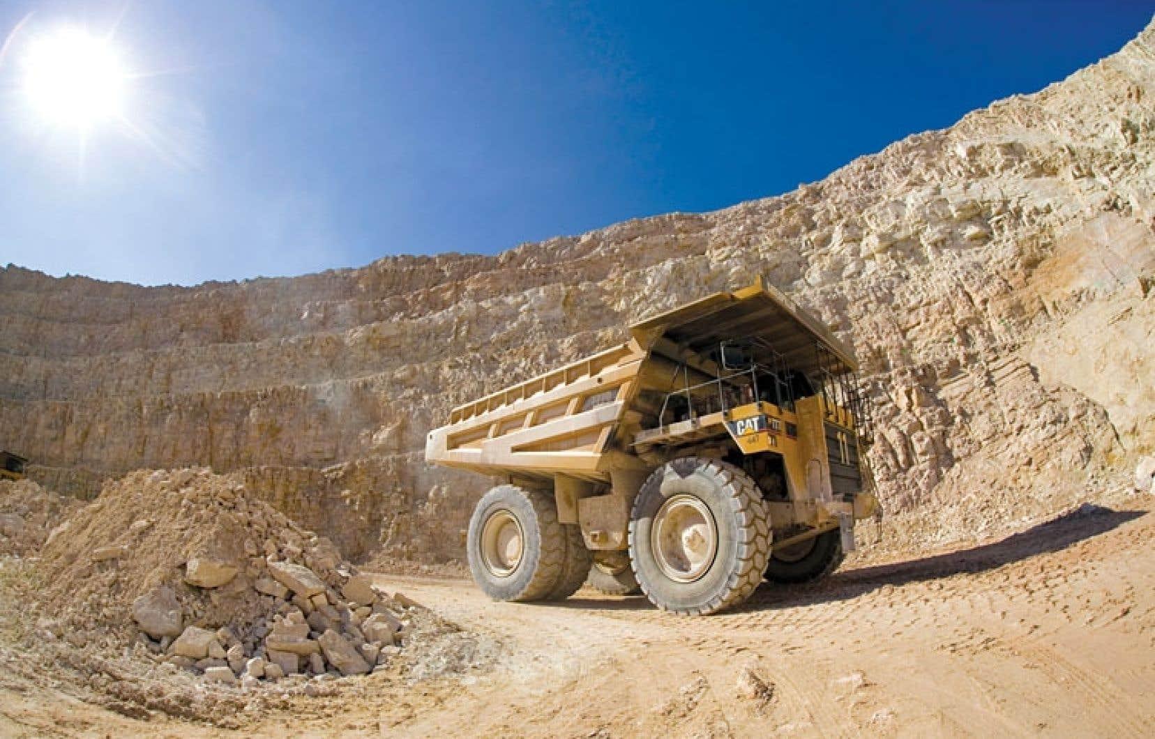 Les minières étrangères hésiteront à investir au Québec tant que la nouvelle loi ne sera pas connue, affirment les libéraux.