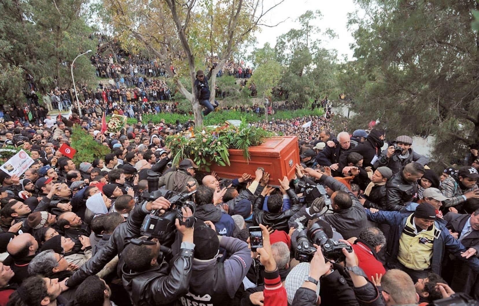 <div> Les fun&eacute;railles ont pris des allures de manifestation contre le parti islamiste au pouvoir Ennahda.&nbsp;</div>