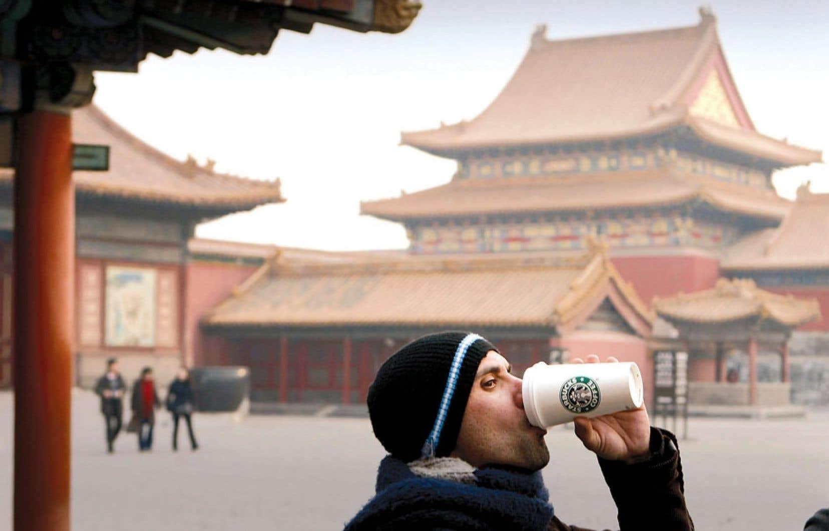 <div> Que ce soit à Pékin (notre photo), à Paris ou à San Francisco, Starbucks vend ses produits partout à travers le monde. Mais l'entreprise, à l'instar de multinationales comme Google ou Amazon, préfère concentrer ses profits dans les paradis fiscaux.</div>