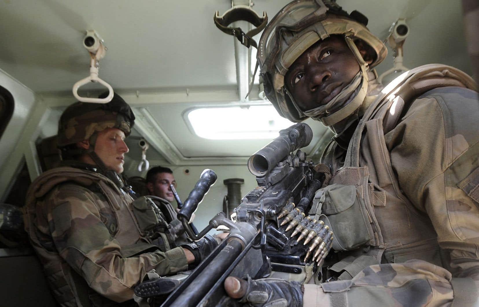 Des soldats patrouillent à Gao, au Mali. Les conflits armés en Afrique font toujours directement et indirectement des milliers de victimes. Les guerres tuent encore !
