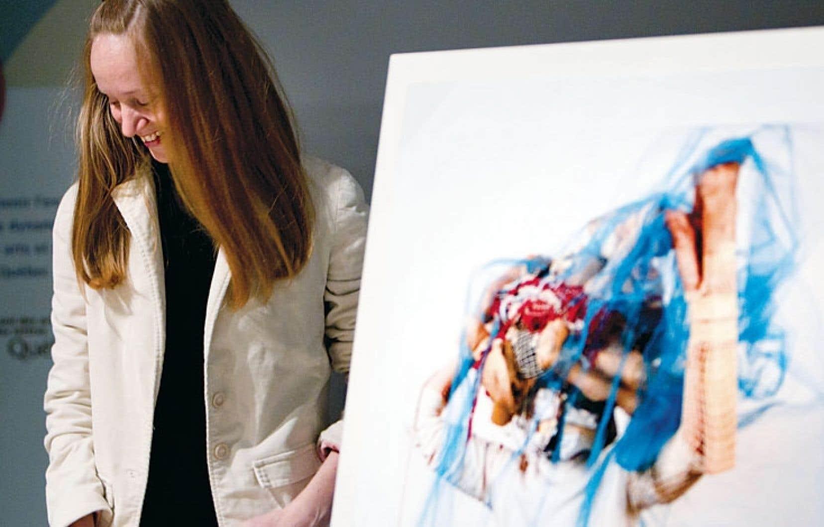 La performance de Raphaëlle de Groot découle de sa quête identitaire marquée par la collecte d'objets et par le recouvrement total de sa tête, comme le montre l'image à la gauche de l'artiste.