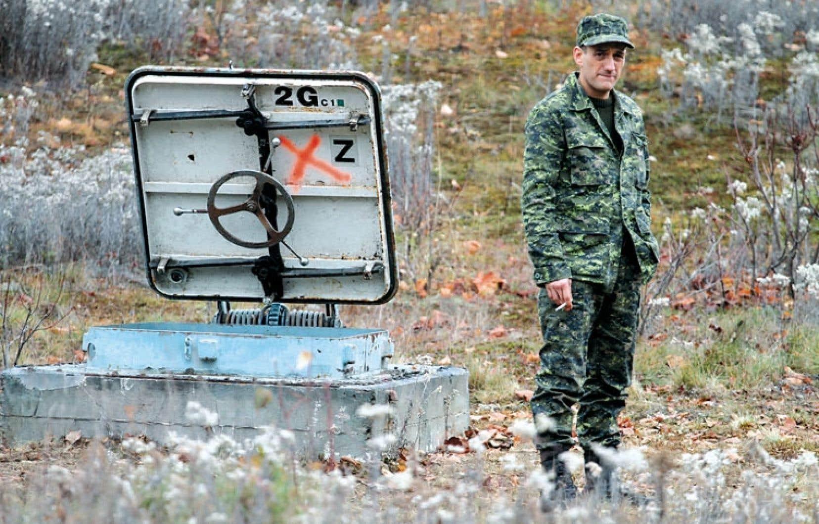 Le comédien Martin Dubreuil à l'entrée du bunker qui donne son titre au film de Patrick Boivin.