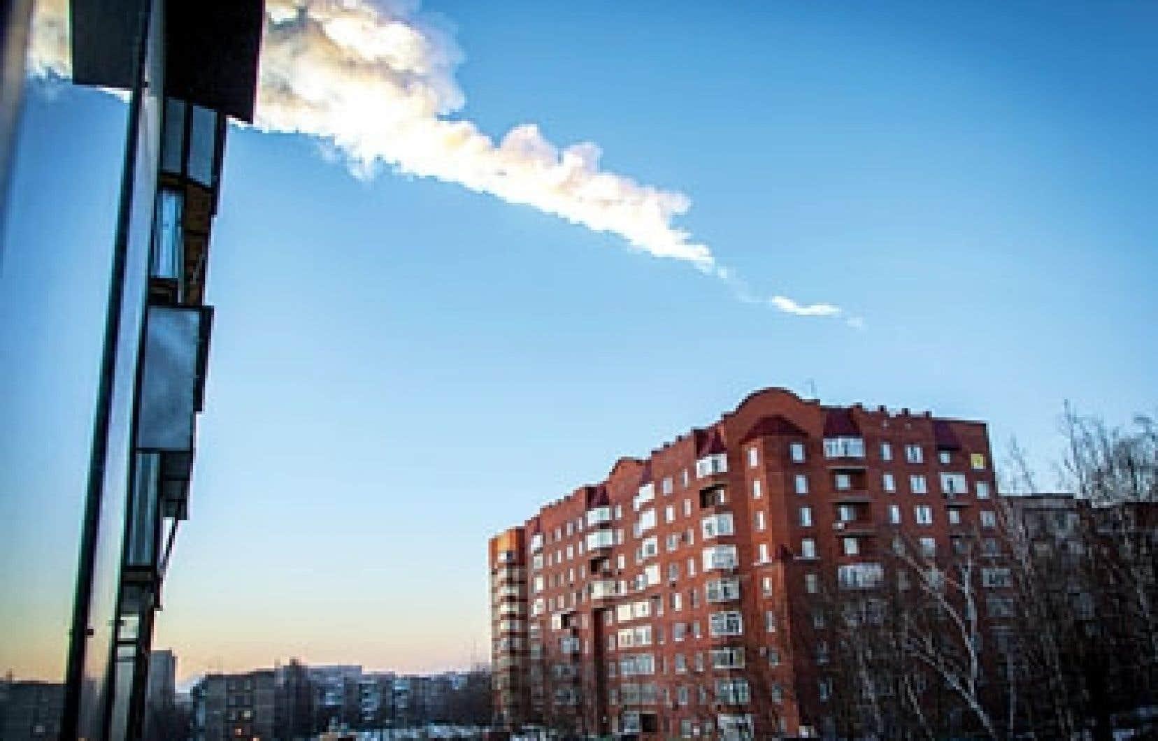 Les fragments incandescents de la météorite ont laissé derrière eux des traînées de fumée.