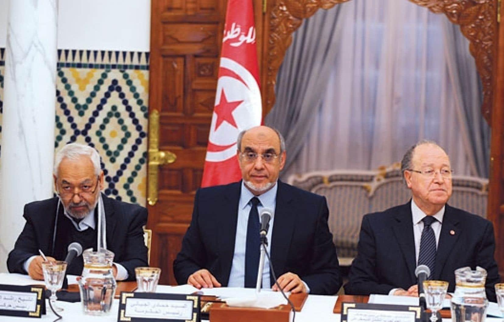 Le premier ministre tunisien, Hamadi Jebali (au centre), lundi en conférence de presse
