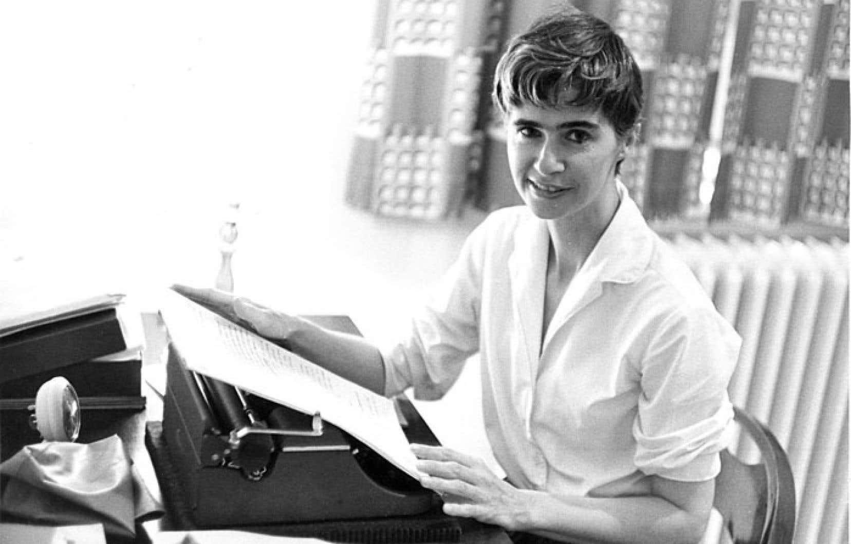 Anne Hébert à sa table de travail au début des années 1960